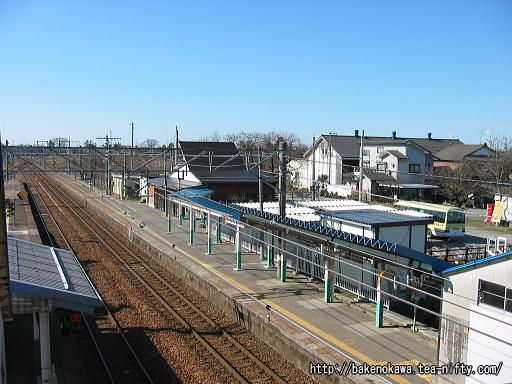 跨線橋上から駅舎方を見る