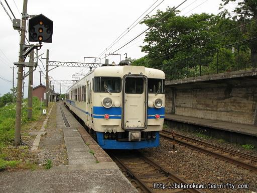 有間川駅に停車中の475系電車その3