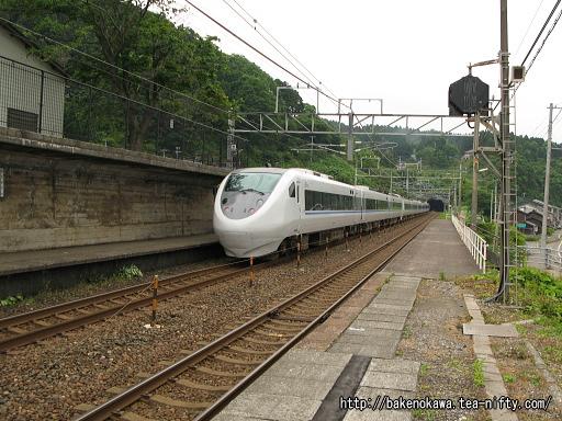 有間川駅を通過する特急「はくたか」その2