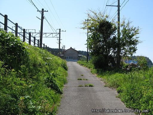 駅から国道に出る道