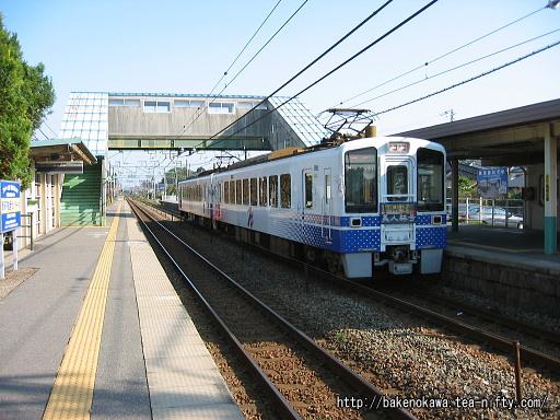 古津駅を通過するHK100型電車「ほくほく美人林号」