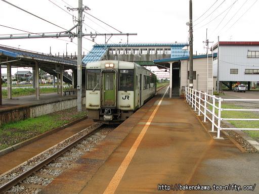 越後滝谷駅に到着したキハ110系気動車