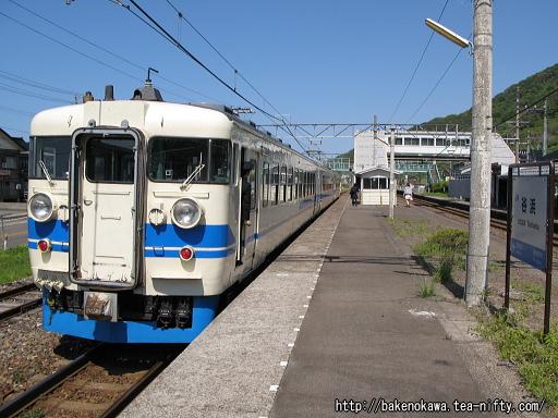 谷浜駅を出発する475系電車