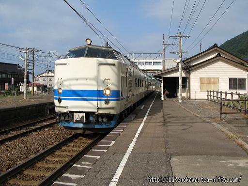 谷浜駅に停車中の419系電車その2