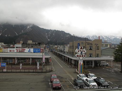駅舎から見た六日町駅前