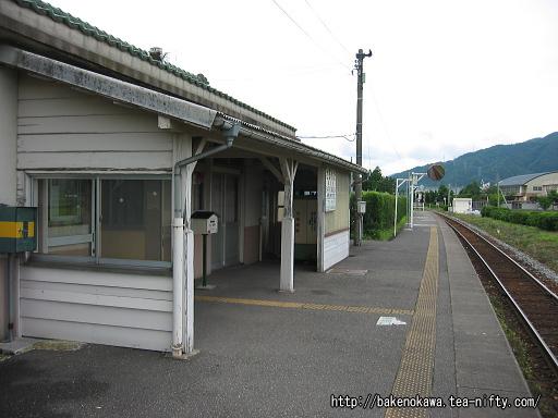 道路から見た猿和田駅旧駅舎その1
