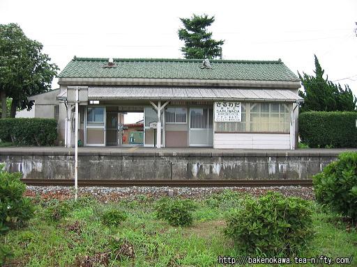 道路から見た猿和田駅旧駅舎その2