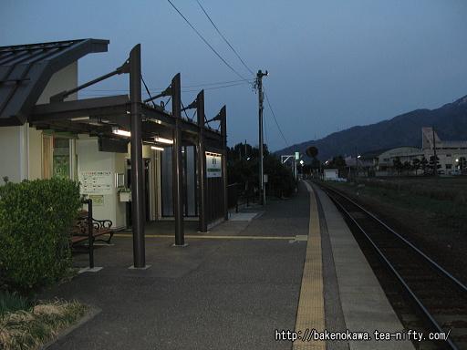 ホームから見た新駅舎