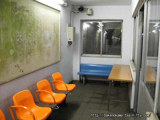 地下ホームの待合室