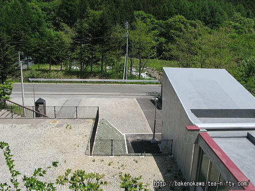 上りホームから見た湯檜曽駅前