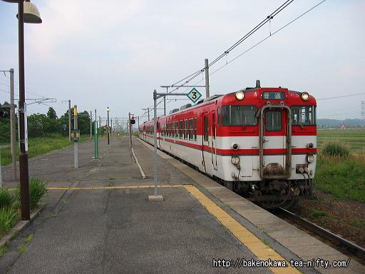 月岡駅に進入するキハ40系気動車