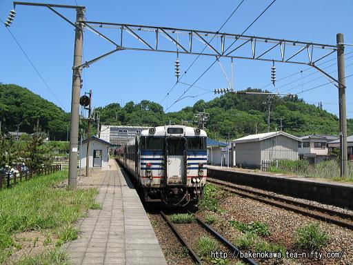 勝木駅を出発するキハ40系気動車