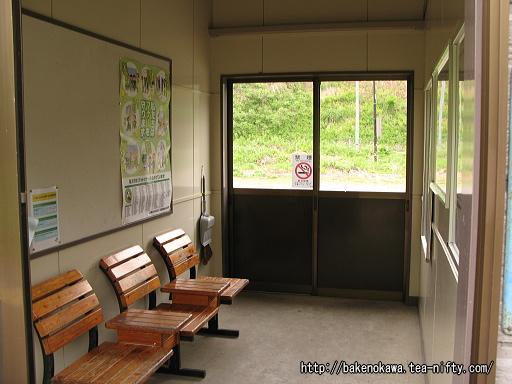 内ヶ巻駅待合室内部