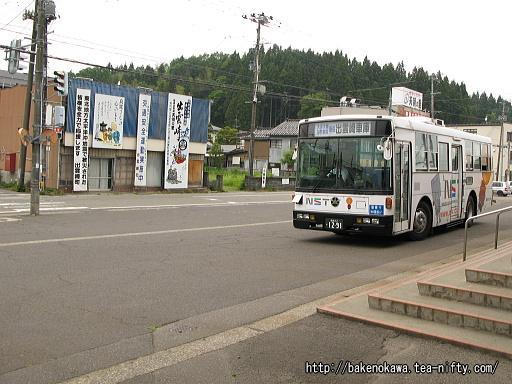 出雲崎駅前に到着する路線バス