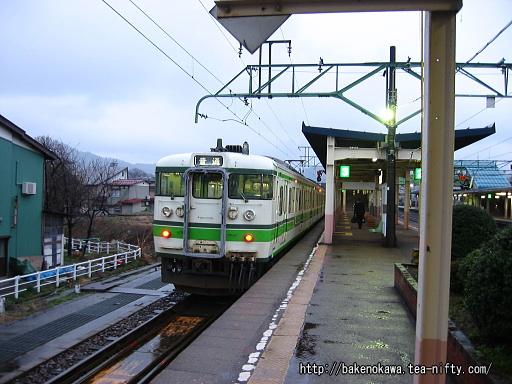 新井駅で待機中の115系電車