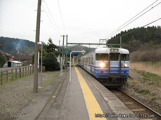 石地駅を出発する115系電車