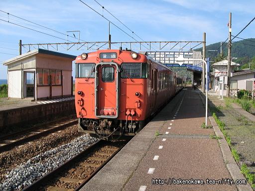 越後寒川駅を出発するキハ40系気動車