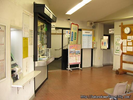 駅舎内改札口周りの様子
