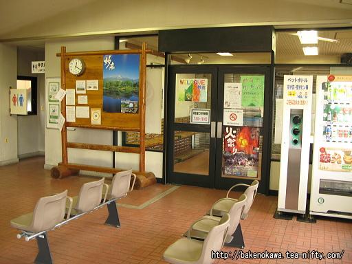 駅舎内待合室出入り口周りの様子