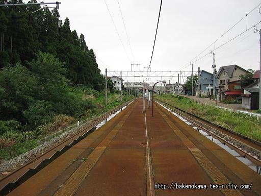 妙高高原方から見た駅構内