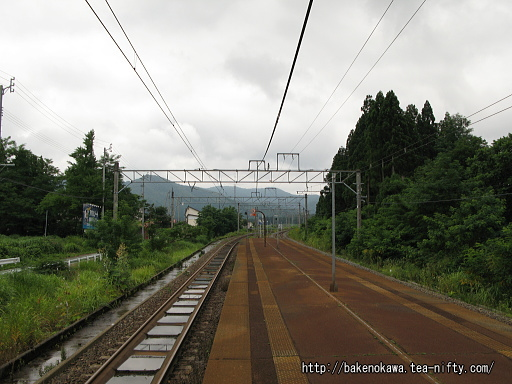 関山駅の島式ホームその2