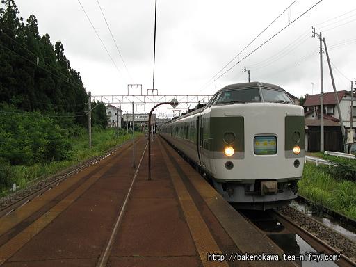 関山駅に停車中の189系電車「妙高」