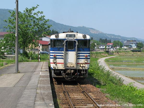 越後広瀬駅を出発するキハ40系気動車