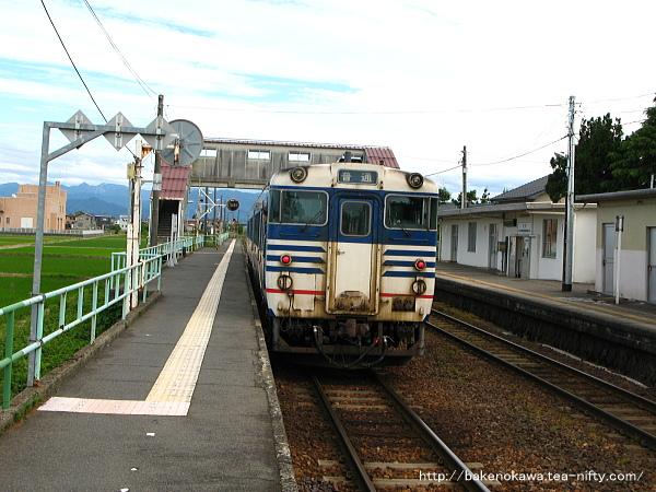 新関駅に停車中のキハ40系気動車
