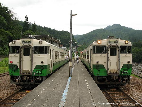 大白川駅で列車交換中のキハ40系気動車