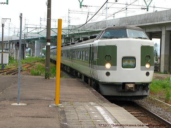 脇野田駅に進入する189系「妙高」