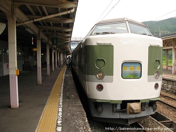 妙高高原駅に到着した189系電車「妙高」