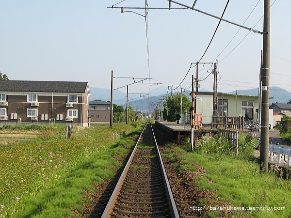 踏切から見た北新井駅