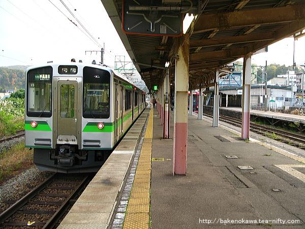妙高高原駅で待機中のET127系電車