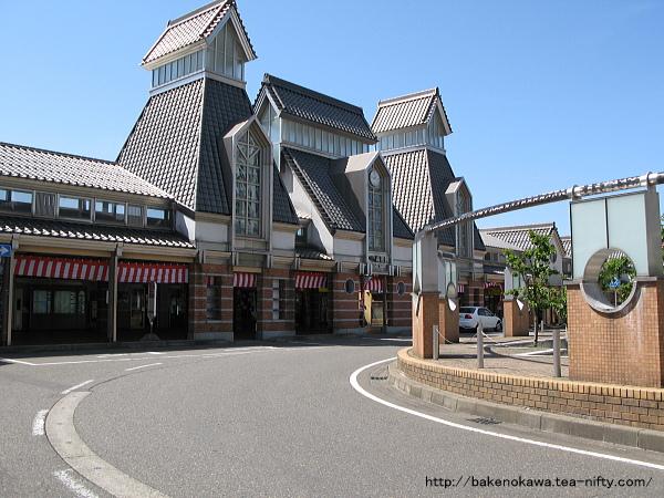 高田城をモチーフにした高田駅駅舎