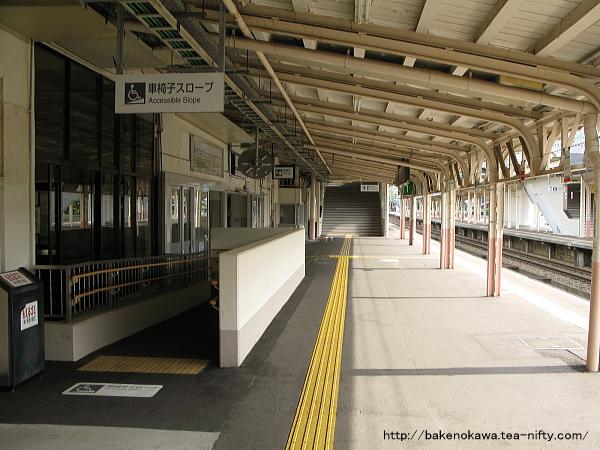 一番ホームの駅舎と跨線橋周り