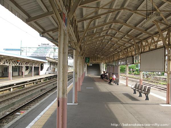 高田駅島式ホームの新跨線橋近くの様子