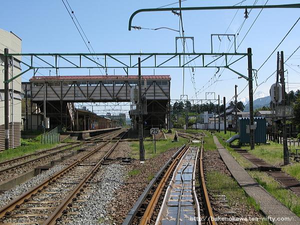春日山方踏切から見た旧跨線橋時代の高田駅構内