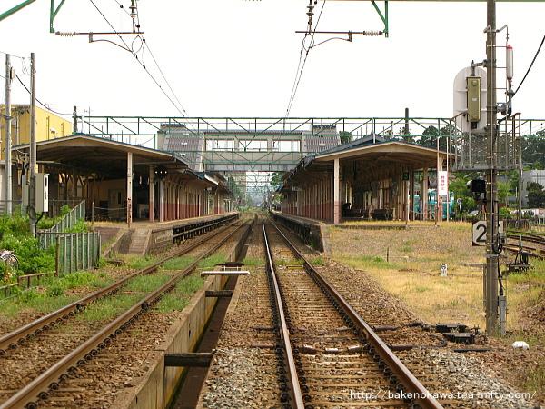 春日山方踏切から見た新跨線橋完成後の高田駅構内