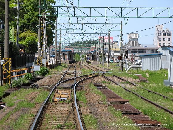 長野方踏切から見た高田駅構内の様子