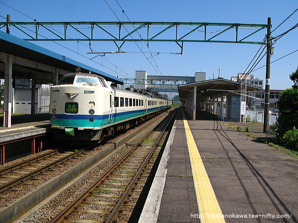 高田駅を出発する485系電車T編成の快速「くびき野」
