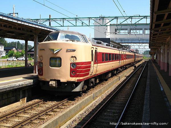 高田駅に到着した国鉄特急色の189系電車「妙高」