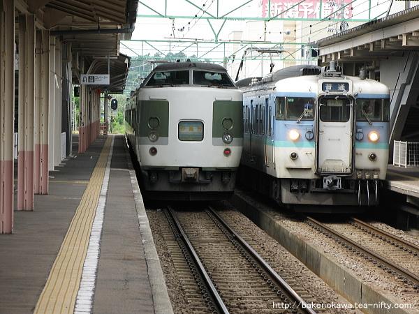 高田駅で列車交換する189系電車「妙高」と115系電車
