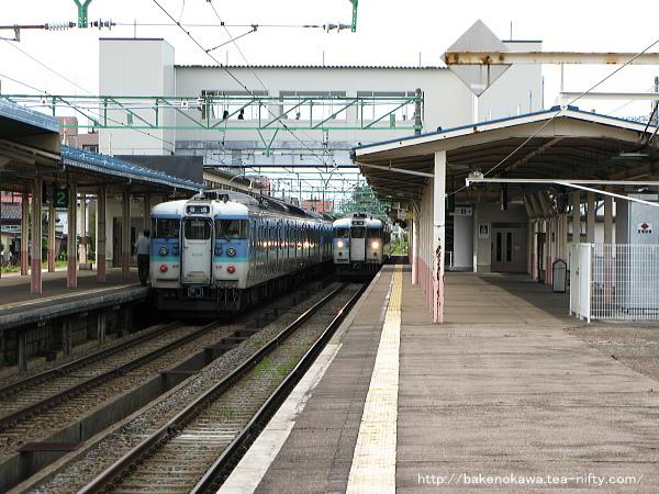 高田駅で列車交換する115系電車