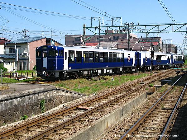 高田駅に入線する快速「越乃Shu*Kura」