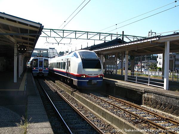 ほくほく線からの直通列車と交換するE653系電車特急「しらゆき」