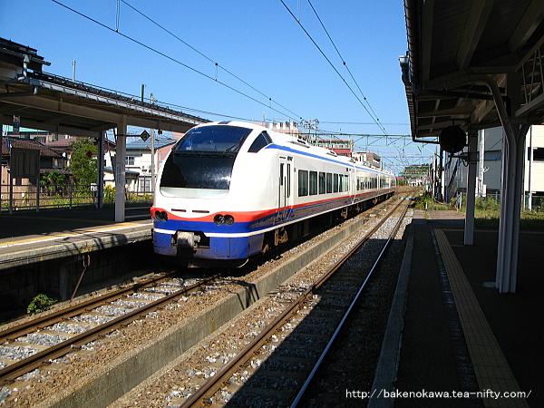 高田駅を出発するE653系電車特急「しらゆき」