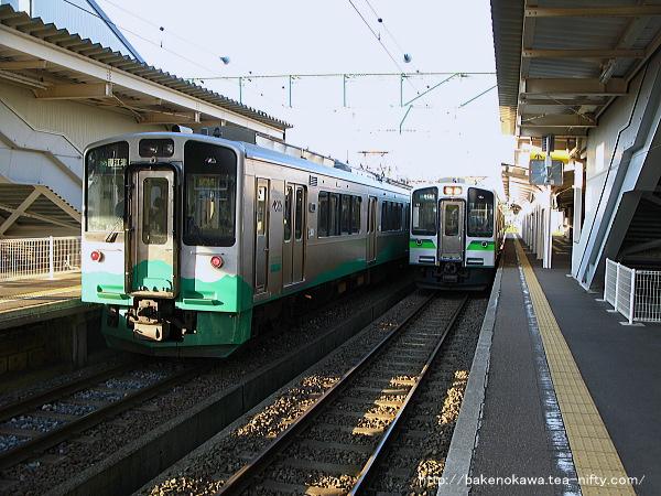 高田駅で交換するET127系電車
