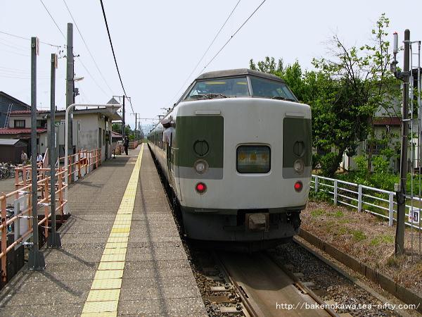 南高田駅を出発する189系電車「妙高」