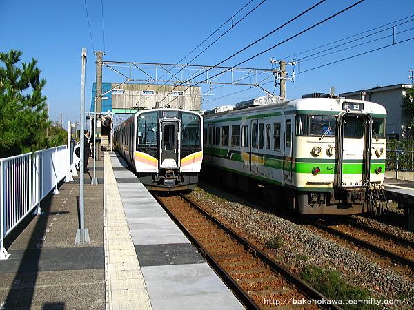 黒山駅で交換するE129系電車と115系電車