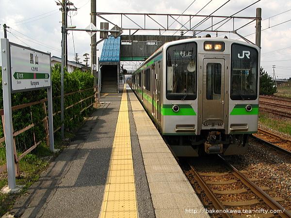 黒山駅に停車中のE127系電車